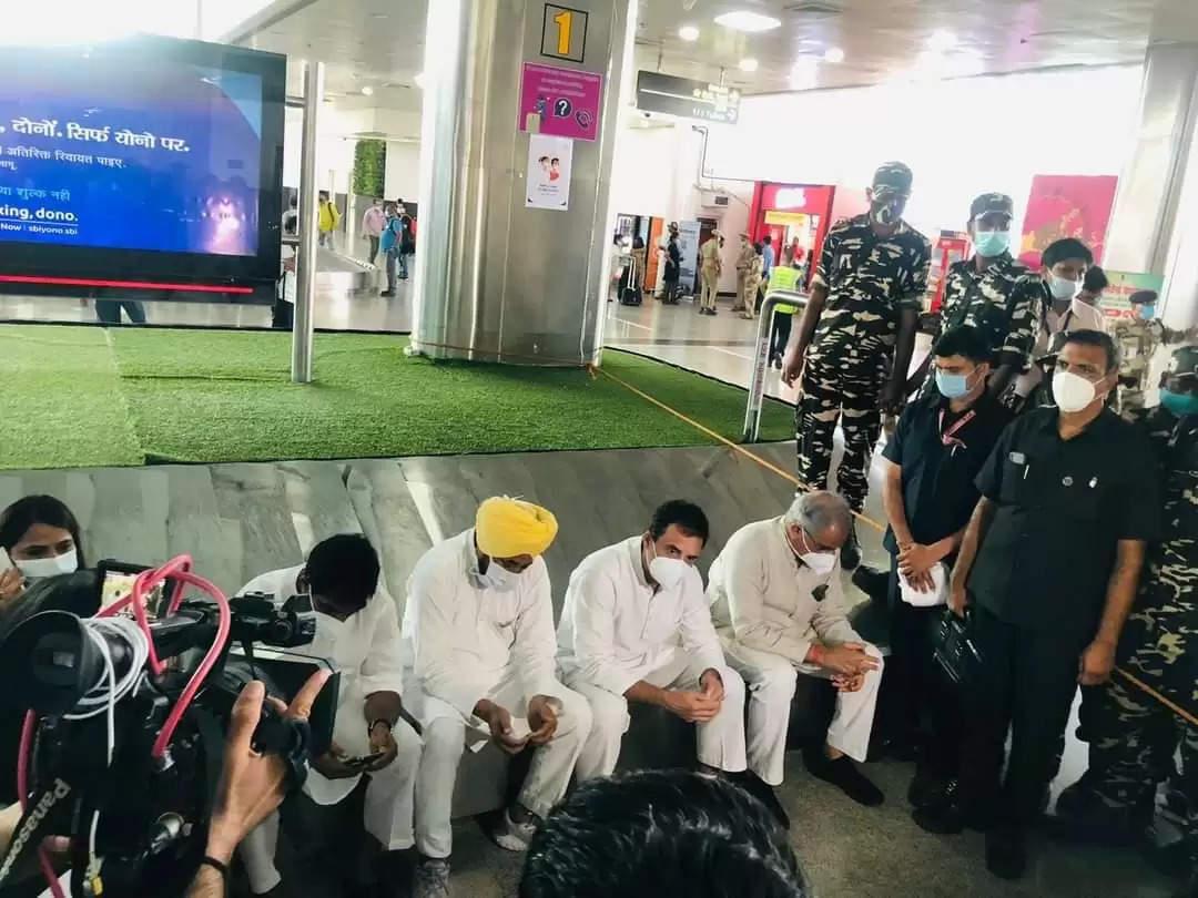 rahul gandhi on lucknow airport